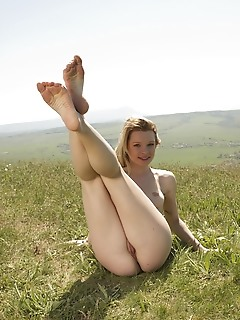 Malinda a malinda a playfully poses on the hills as she flaunts her gorgeous body.